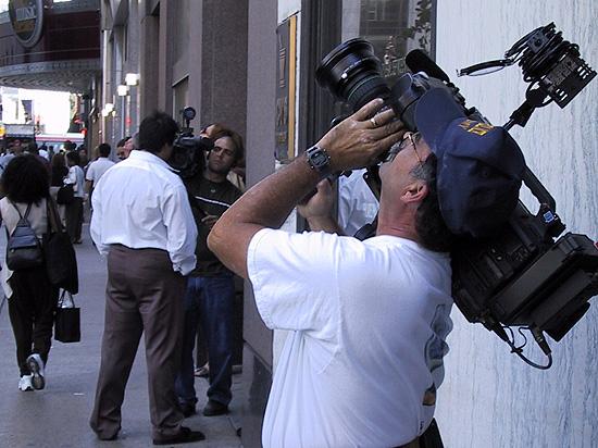 ぼやの様子を撮るカメラマン