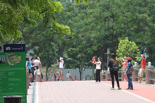 記念撮影の観光客
